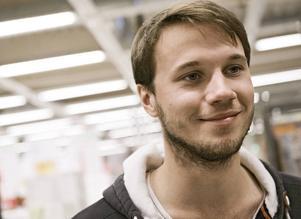 Filmaren Johan Bodell ska göra en dokumentär om Skogens Kol i Kilafors och efterlyser nu vardagsskildringar från fabriken.