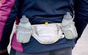 Som långlöpare är det bra att ha extra vätska med sig, antingen i bältet eller i ryggsäck.