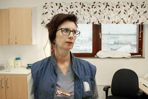 """""""Jag blir mer involverad och får jobba närmare patienten tillsammans med sjuksköterskorna"""", säger Marie Kjerulf, undersköterska, om nya arbetssättet."""