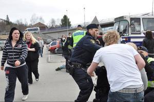 Flickvänner och kompisar blandade sig i situationen till den grad att polisen fick hota med gripanden i fall de inte lugnade ner sig.