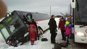 Passagerarna, skolbarn och två pensionärer, fick evakueras med hjälp av en stege sedan bussen kanat av och lagt sig på sidan i ett djupt dike.Foto: Anders Widéhn