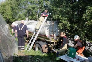 Räddningstjänsten började arbetet med att försöka begränsa läckaget omgående.