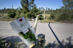 Bommen där olyckan inträffade är kraftigt böjd. På platsen fanns blommor på tisdagseftermiddagen.