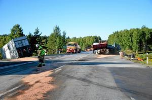 Efter olyckan fanns en del olja från de krockade lastbilarna att suga upp.