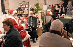 Julmusik. Tomtarna Åke Olsson och Ture Larsson svarade för musikalisk julstämning i kaffehörnet.