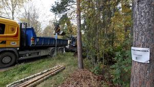 Tjugo stycken avfallshögar har tekniska kontoret märkt ut med denna skylt runtom i Gävle detta år. Den här ansamlingen i Höjersdal har tekniska kontoret haft ögonen på ett år, sedan Naturskyddsföreningens Per-Olof Erickson cyklade förbi och fick syn på oskicket.