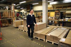 Brandéns flyttar produktionen av panelskivan till Karlholmsbruk. Försäljnings- och huvudkontoret blir kvar i Ljusdals kommun, antingen i Järvsö eller Ljusdal, berättar Ove Brandén.