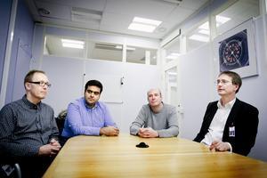Fyra nöjda ABB-ingenjörer i det rum där de första mötena hölls kring den banbrytande uppfinningen. Från vänster, Anders Blomberg, Reza Derakhshanfar, Jürgen Häfner och Björn Jacobson.