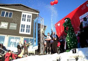 Vann finalen gjorde laget New Sweden. Här sprutar champagnen vid prisutdelningen.