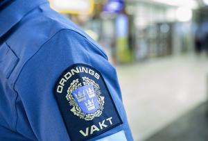 En förordnad ordningsvakt bär detta emblem som lätt förväxlas med polisens.