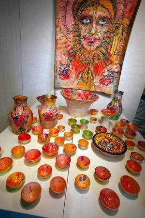 Orädda färger och former och ett flow som lyfter upp en väldigt traditionell klassisk keramik till en mer levande samtid.