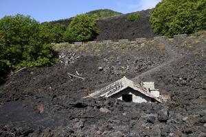 Den kraftfulla lavan vid ett av Etnas utbrott har begravt ett helt hus.