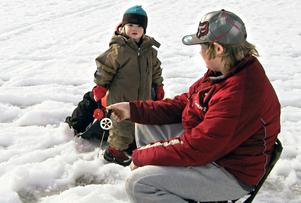 Lille Adam Rotberger tillsammans med Melker och Gustav Rotberger. På isen fanns även mamma Gunnel. En båtresa till Mariehamn hann familjen göra under sportlovet och båten klarade den tjocka isen.