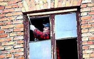 Foto: NICK BLACKMON Slutet för Mattons. På tisdagen revs fönstren på Mattons garveri ut. Nästa vecka börjar rivningen av väggar och tak.