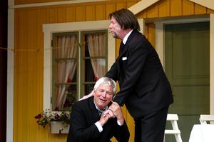På knä. Carl Tuff (Ebbe Kindblom) ger Oskar Olsson (Alf Zachrisson) sin välsignelse.