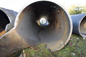 Vattenläckan på Brynäs. Trots att det 15 millimeter tjocka gjutjärnsgodset legat i marken sedan 1948 ser det tämligen opåverkat ut. Sprickan i rörets botten är dock monumental. Hela sex meter lång. Rörets diameter är 500 millimeter.