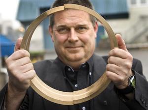 Guld värt. Christer Hellström, vd för Lagermetall i Örebro, visar upp runda självsmörjande glidlager.
