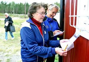 Elsy Olsson och Ingegerd Hansson funderar på svaret på en av frågorna på tipsrundan. • Svårt? Ja, när man aldrig kommer ihåg nåt..., svarade Elsy skämtsamt.