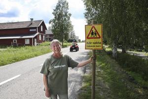 Uppe vid kyrkan har Eivor Rosenholm, på eget initiativ, satt upp varningsskyltar för att få ner hastigheten förbi sin gård.