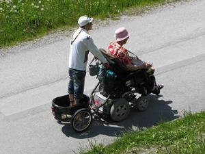Såg detta ekipage i alperna. De åkte upp på en rätt så brant slingrande alpväg. Mannen bakom rullstolen stod bekvämt i en liten vagn som var kopplad till stolen. Något att ta efter.