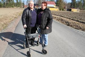 Här på Slåttlandsvägen i Lingbo föll Göran Sundin, spräckte skallbasen och fick hjärnblödning. Bredvid frun Maud Sundin.