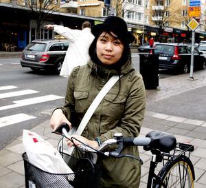 – Hatten skyddar bättre mot regnet än en hjälm. I nian slutade alla använda hjälm, då slutade jag också. Jag har blivit påkörd en gång, så jag cyklar mer försiktigt nu, säger Hien Hoang.