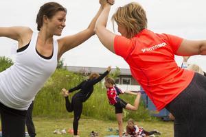 Att berätta med kroppen ställer krav på andning och balans. Jennica Fröjd och Heather Nilsson skapar tillsammans bilden av en kung.