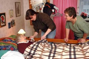 VILA. Efter lunchen som sambon Henry lagat vilar Anja Välimaa, Söderfors. Lena Johansson och Maud Knutsson från hemtjänsten har hjälpt henne till sängs.