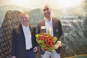 Hans Astorin, vd Almi GävleDala, gratulerade Stefan Andersson, vd på vinnande Confido Partner.