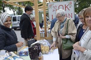 Dadelkakor. Afra Mogib i Internationella föreningen i Vretstorp säljer kakor med dadlar till Ann-Marie Lenande, Eva Nilsson och Anna Birgersson.