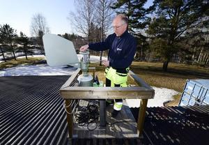 Lådan med pollenkornen skickas till Umeå för analys där pollenprognoserna ställs för bland annat Sundsvall.