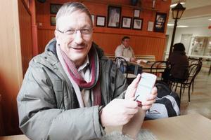 Lars Olov Eliasson har massor av biblar i en app på sin smarta telefon.