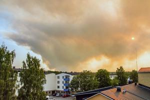 Branden syns tydligt - även från en balkong på Berggatan i Sala på fredagskvällen.