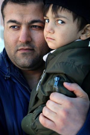 Ghader är rädd för att hans son Miran Erik ska mista sin pappa. Det var meningen att lagen som kom 2010 skulle göra att föräldrar inte skulle tvingas iväg i onödan till sina gamla hemländer för att söka uppehållstillstånd.Så blev det inte.