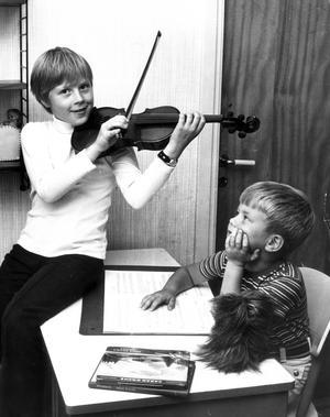 Storasyster spelar. Lillebror heter Anders Thörngren, och båda blev troligtvis fotograferade 1968.