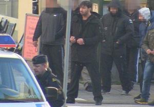 Berno Khouri i frihet med nätverket bakom sig. Bilden togs av polisen utanför rättegången mot X-teammedlemmarna som åtalades för skjutningen på Nedre Torekällgatan tre månader innan dubbelmordet på Oasen.