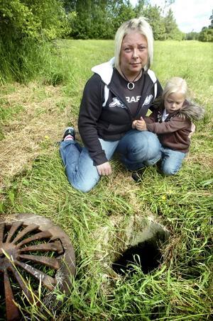 Varning! Mamma Raija Lehtola törs inte tänka på vad som kunnat hända om femåriga dottern Wilma ramlat ner i dagvattenbrunnen på grönområdet i Kumlaby. Den senaste månaden har locken lyfts bort från brunnarna vid minst fyra tillfällen.