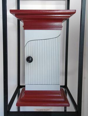 Hälsingeskåp kallar Elisabeth Nordlöf det här lilla väggskåpet.