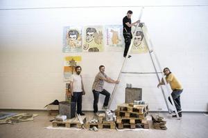 Fem manliga konstnärer med ett gemensamt förflutet på Umeå Konsthögskola träffas efter 20 år och ställer ut tillsammans i Rättviks konsthall. Här fyra av dem, Kent Andersson, Jonas Svensson, John Rasimus och Jonas Kjellgren.