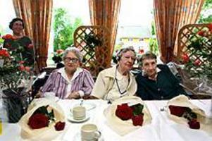 Foto: GUN WIGHFirade 300 år. Elsa Storm, Berta Sundin och Hilma Sundström har alla fyllt 100 under våren. Det tyckte personalen på Lillvik var värt ett ordentligt kalas med tårta och sång.