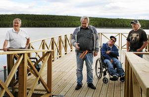 Alf Lundin, vice kommunstyrelseordförande i Bergs kommun, och rullstolsburne Mats Lagercrantz förrättade invigningen av den nya fiskeplatsen.