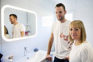 Fredrik och Kamilla är nöjda med sitt nya, vita och stilrena badrum.