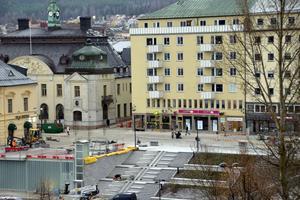 Olof Palmes torg har bland annat fått ny gatubeläggning, en ny trappa ner till ån och en fontän.