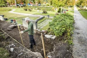 Skeletten ligger begravda ytligt och länsmuseets arkeologer kartlägger noga fynden.