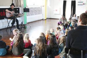 Under den första konserten på fredagen kom de lägre årskullarna på Sonfjällsskolan och lyssnade på Stefan Ström.