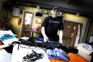 UPPSVING. Mikael Olsson som säljer t-shirts, kepsar och toppluvor med den kända Ockelbologgan har ökat försäljningen i sin webbshop sedan förlovningen mellan Victoria och Daniel offentliggjordes.