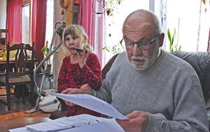 Tre års utredningar, intyg, beslut och idel nya överklaganden blir en hel del papper. Här läser farfar Kjell Brodin från ett psykologutlåtande.