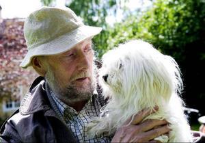 Torgny Lindgren har haft hundar under större delen av sitt liv. Just nu är det Sapfo som är familjens följeslagare. Foto: Stefan Jerrevång/Scanpix