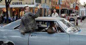 AUGUSTI. Sensommarcruising i Gävle. Har man inte själv en bil att åka i  är det lika roligt att titta på  ekipagen.FOTO: Stefan Tkatjenko