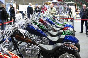 Satte färg. Amerikanska motorcyklar av märket Big Dog. En av många försäljarmontrar på mässan.